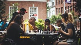 Twee meisjes die schaak spelen bij een park stock foto