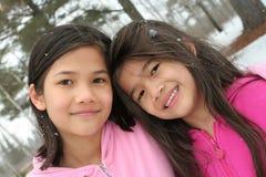 Twee meisjes die van de winter genieten Royalty-vrije Stock Afbeelding