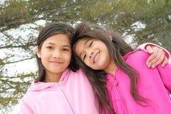 Twee meisjes die van de winter genieten Stock Afbeeldingen