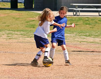 Twee Meisjes die voor de Bal/het Voetbal vechten Stock Afbeeldingen