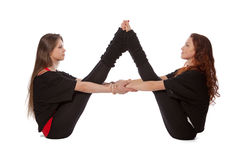 Twee meisjes die yoga doen Royalty-vrije Stock Foto