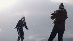 Twee meisjes doen een foto bij bergbovenkant stock footage