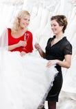Twee meisjes drinken champagne stock afbeeldingen