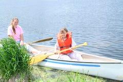 Twee meisjes in een kano. Royalty-vrije Stock Afbeeldingen