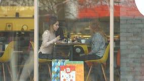 Twee meisjes in een koffie stock video