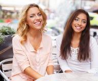 Twee meisjes in een koffie Royalty-vrije Stock Fotografie