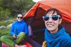Twee meisjes in een tent stock fotografie