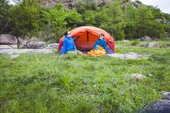 Twee meisjes in een tent royalty-vrije stock fotografie