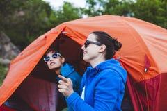 Twee meisjes in een tent royalty-vrije stock foto