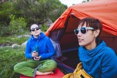 Twee meisjes in een tent stock foto's