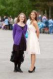 Twee meisjes in een vierkant royalty-vrije stock foto's