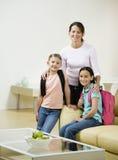Twee meisjes en moeder in het leven Stock Foto's