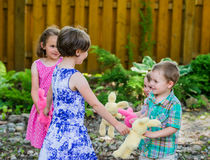 Twee Meisjes en Twee Jongens die Ring Around spelen Rosie Royalty-vrije Stock Afbeeldingen