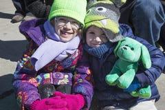 Twee meisjes glimlachen, St Patrick Dagparade, 2014, Zuid-Boston, Massachusetts, de V.S. royalty-vrije stock foto