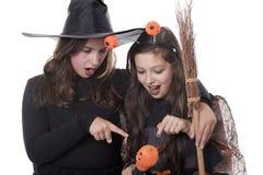 Twee meisjes in Halloween kostuums Stock Afbeelding