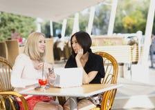 Twee meisjes het bespreken Royalty-vrije Stock Afbeelding