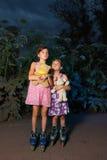 Twee meisjes in het bos bij nacht Stock Foto