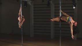 Twee meisjes het dansen sexy pooldans stock videobeelden
