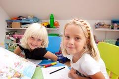 Twee meisjes het glimlachen royalty-vrije stock fotografie