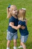 Twee meisjes het koesteren Royalty-vrije Stock Afbeelding