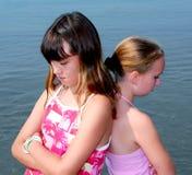 Twee meisjes het pruilen Royalty-vrije Stock Afbeeldingen