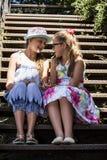 Twee meisjes het roddelen royalty-vrije stock afbeelding