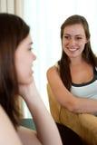 Twee meisjes het spreken. Royalty-vrije Stock Afbeelding
