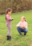 Twee meisjes het spreken Stock Foto's