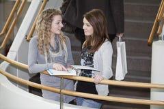 Twee meisjes het spreken Stock Afbeeldingen