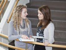 Twee meisjes het spreken Royalty-vrije Stock Foto's
