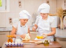 Twee meisjes koken Stock Afbeeldingen