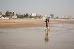 Twee meisjes lopen blootvoets op het strand Stock Foto's