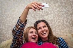 Twee meisjes maken een foto selfie Royalty-vrije Stock Afbeeldingen