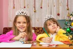 Twee meisjes maken een wens voor nieuw jaar stock fotografie