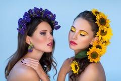 Twee meisjes met bloemen in haar Stock Fotografie