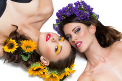 Twee meisjes met bloemen in haar Royalty-vrije Stock Foto