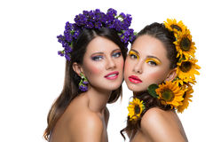 Twee meisjes met bloemen in haar Stock Afbeelding