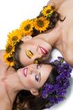 Twee meisjes met bloemen in haar Stock Afbeeldingen
