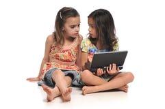 Twee meisjes met een laptop computer royalty-vrije stock afbeeldingen
