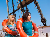 Twee meisjes met een reddingsboei Stock Foto's