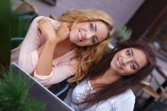 Twee meisjes met laptop Stock Foto