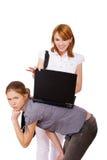 Twee meisjes met notitieboekje royalty-vrije stock afbeeldingen
