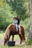 Twee meisjes met paard royalty-vrije stock fotografie