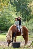 Twee meisjes met paard stock afbeelding