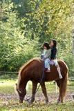 Twee meisjes met paard royalty-vrije stock afbeeldingen