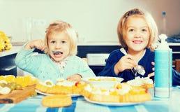Twee meisjes met roomdesserts royalty-vrije stock foto