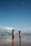 Twee meisjes met vlieger royalty-vrije stock foto