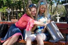 Twee meisjes na het winkelen gang Stock Afbeeldingen