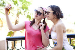 Twee meisjes nemen beelden op uw telefoon Royalty-vrije Stock Fotografie