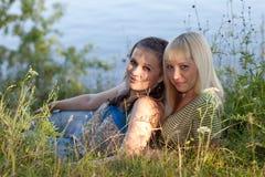 Twee meisjes op de aard Royalty-vrije Stock Fotografie